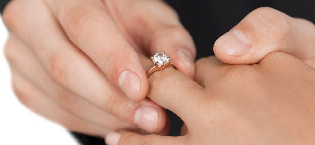 Verlobungsring auf den Finger stecken