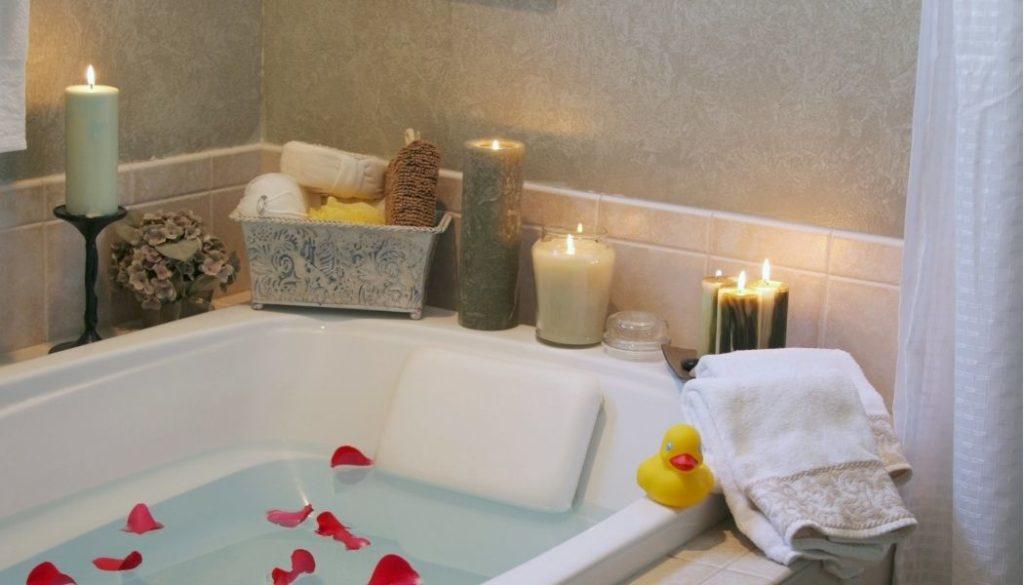Dad in romantischer Badewanne